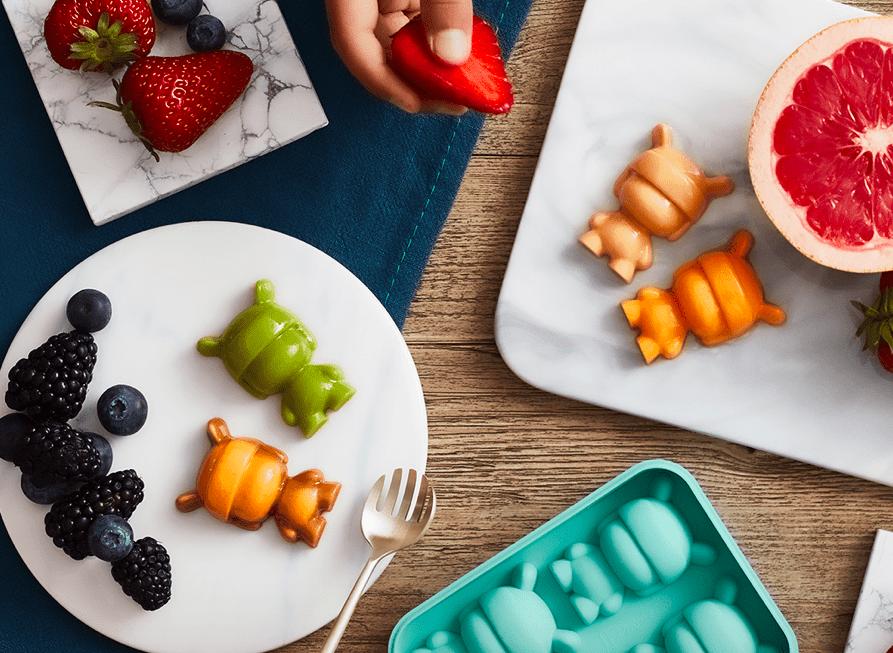 桌子上的盘子里放着一些食物和水果  描述已自动生成